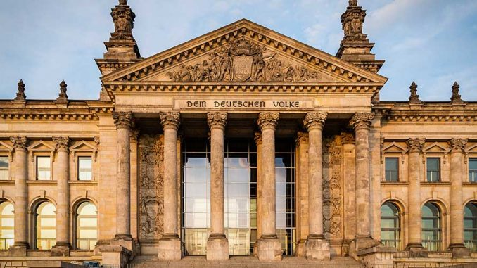 exit polls μετά το κλείσιμο της κάλπης στη Γερμανία δείχνουν απόλυτη ισοπαλία